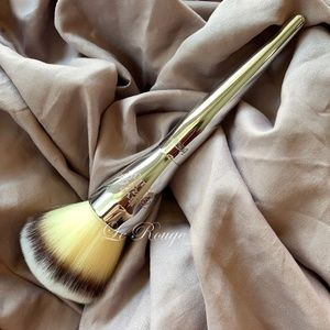 It cosmetics 221 powder brush